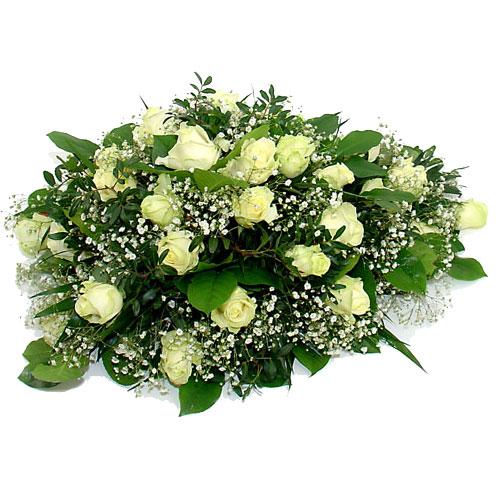 Ovaal rouwarrangement witte rozen