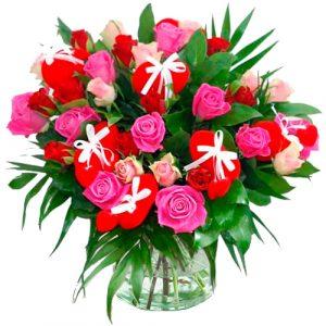 Valentijn boeket rode en roze rozen met hartjes
